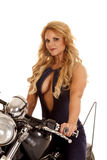 成熟妇女关闭摩托车开放衬衣 免版税库存照片