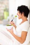 成熟妇女吃 免版税库存照片