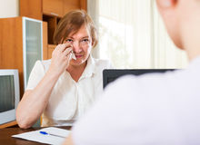 成熟妇女回答工作者的问题 免版税库存图片