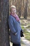 成熟妇女在森林里 免版税库存照片