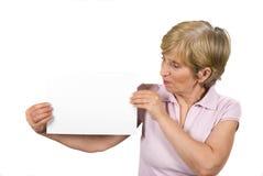 成熟妇女暂挂纵向一张空白页 免版税库存照片
