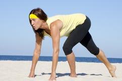 成熟妇女有效的报废海滩体育运动 免版税库存照片