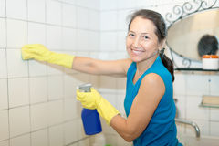 成熟妇女清洗卫生间 免版税图库摄影