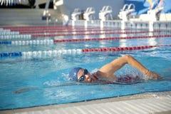 成熟妇女游泳 库存图片
