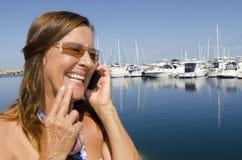 成熟妇女联系在移动电话 库存照片