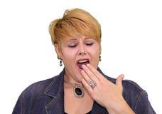 成熟妇女肢体语言-乏味打呵欠 库存图片