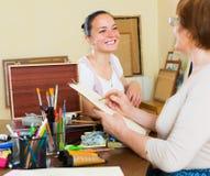 成熟妇女绘一张画象 免版税库存照片