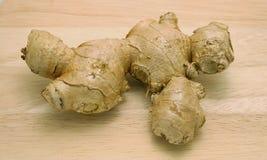 成熟姜根茎或根在木表面背景 库存图片