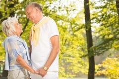 成熟婚姻在公园 库存图片