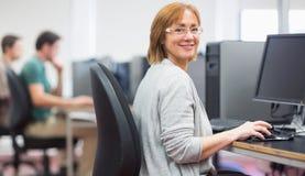 成熟学生在计算机室 免版税图库摄影