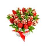 成熟开胃草莓花束,装饰用在白色背景的白色巧克力作为礼物 库存照片