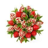 成熟开胃草莓装饰用在白色背景的白色巧克力作为礼物 免版税图库摄影