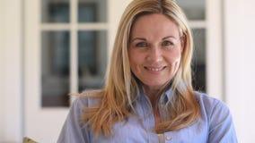 成熟微笑的妇女 股票录像