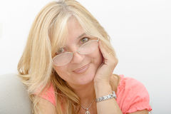 成熟微笑的白肤金发的妇女画象  免版税库存照片