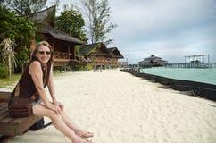 成熟愉快的微笑的无忧无虑的妇女假日热带海岛度假村海滩 免版税库存图片