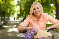 成熟户外妇女 免版税库存照片