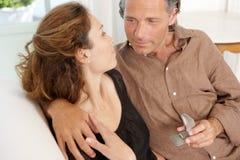 成熟提供的定婚戒指。 免版税库存照片