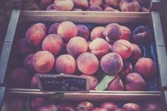 成熟新鲜的桃子在农夫市场上 免版税图库摄影