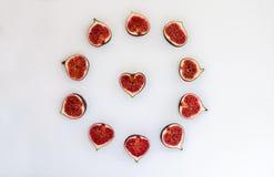 成熟无花果的样式以形式与在白色背景隔绝的心脏的一个圈子 果子例证 食物照片 平面 库存照片