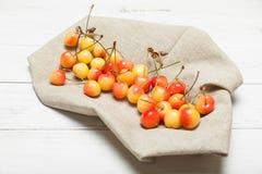 成熟更加多雨的樱桃,黄色农业莓果 库存图片