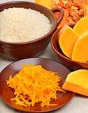 成熟未加工的南瓜用被磨碎的南瓜和未煮过的米在增殖比 库存照片