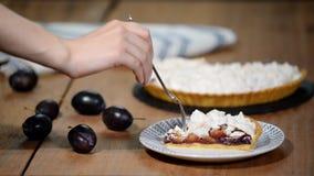成熟李子特写镜头可口被切的蛋糕在桌上的 自创饼李子 股票录像