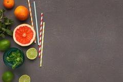 成熟柑橘品种在灰色背景,顶视图的 免版税库存照片