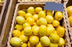 成熟柠檬在食物市场上 库存图片