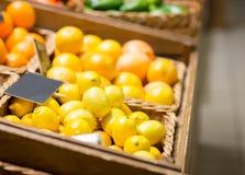 成熟柠檬在食物市场上 免版税库存图片
