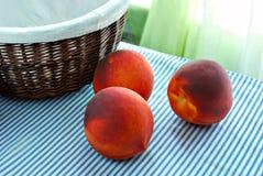成熟桃子和篮子 库存照片