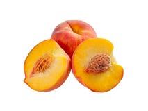 成熟桃子,全部和半 库存图片