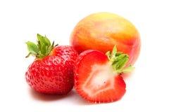 成熟桃子,在白色背景的草莓 免版税图库摄影