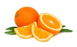 成熟桔子和两个切片与绿色叶子() 免版税库存图片