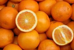 成熟桔子和橙色裁减在蔬菜水果商摊位  免版税库存图片