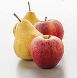 成熟梨和苹果在白色背景 库存照片