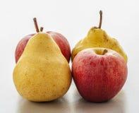 成熟梨和苹果在白色背景 库存图片