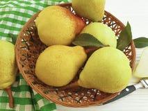 成熟梨自然生物在白色木背景的板材维生素土气收获营养 免版税库存图片