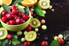成熟樱桃果子和莓果在一碗开心果 库存照片