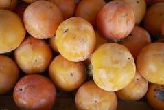成熟橙色亚洲柿树 免版税库存图片