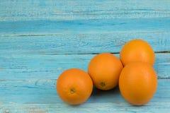 成熟橙色新鲜的桔子,在木背景 图库摄影