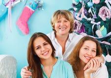 成熟母亲和成人女儿和青少年的孙女在附近 免版税库存图片