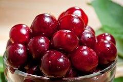 成熟水多的樱桃射击了与汁液下落的特写镜头莓果表面上的  库存照片