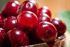 成熟水多的樱桃射击了与汁液下落的特写镜头莓果表面上的  免版税库存照片