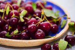 成熟水多的樱桃 广告汁液,健康生活方式,饮食,营养 免版税图库摄影