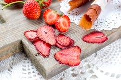 成熟水多的草莓,结果实干芯片和草莓喉片 图库摄影