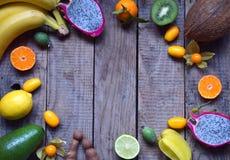 成熟热带水果的混合用鲕梨,芒果,椰子,阳桃,香蕉,金桔, pitahaya,猕猴桃 Superfood背景 Vegeta 库存图片