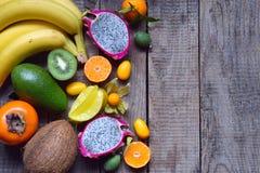 成熟热带水果的混合用鲕梨,芒果,椰子,阳桃,香蕉,金桔, pitahaya,猕猴桃 Superfood背景 Vegeta 免版税库存图片