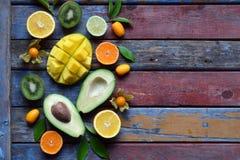 成熟热带水果的混合用鲕梨,芒果,椰子,阳桃,香蕉,金桔, pitahaya,猕猴桃 Superfood背景 Vegeta 免版税库存照片