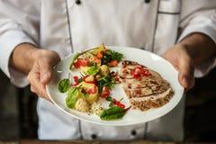 成熟烹调膳食的人专业厨师户内 库存图片
