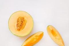 成熟瓜一半和切片 免版税图库摄影